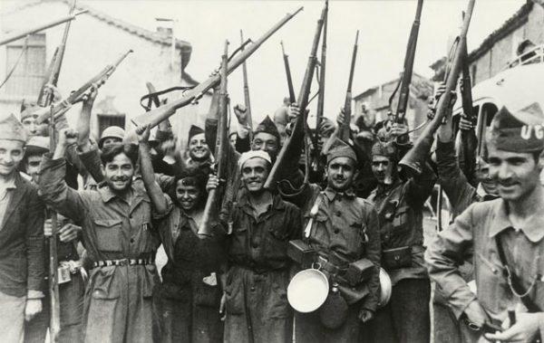 Spanischer Bürgerkrieg 1936–39. Soldaten der Republikanischen Armee, heben jubelnd ihre Gewehre. (1936) akg-images